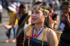 Daklak,越南- 2017年3月9日:越南少数族裔人民穿进行一个传统舞蹈的传统服装在e 免版税图库摄影