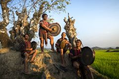Daklak, Vietnam - breng 9, 2017 in de war: De de etnische minderheidmensen van Ede voeren traditionele gong en trommeldans in hun stock foto's