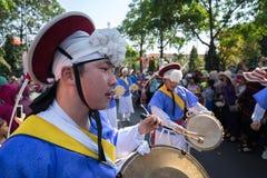 Daklak, Vietnam - breng 10, 2017 in de war: De uitvoerders dragen traditionele kostuums uitvoerend een traditionele die dans bij  stock foto