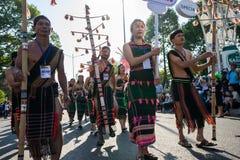 Daklak, Vietnam - breng 10, 2017 in de war: De Vietnamese etnische minderheidmensen dragen traditionele kostuums uitvoerend een t royalty-vrije stock foto
