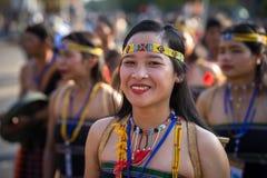 Daklak, Vietnam - breng 9, 2017 in de war: De Vietnamese etnische minderheidmensen dragen traditionele kostuums uitvoerend een tr stock foto