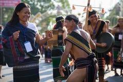Daklak, Vietnam - breng 9, 2017 in de war: De Vietnamese etnische minderheidmensen dragen traditionele kostuums uitvoerend een tr royalty-vrije stock afbeelding