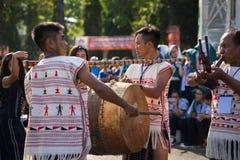 Daklak, Vietnam - breng 9, 2017 in de war: De Vietnamese etnische minderheidmensen dragen traditionele kostuums uitvoerend een tr stock foto's