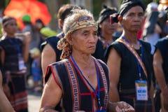 Daklak, Vietnam - 9. März 2017: Vietnamesische Leute der ethnischen Minderheit tragen die traditionellen Kostüme, die einen tradi stockbild