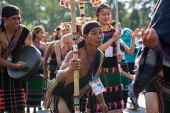 Daklak, Vietnam - 9. März 2017: Vietnamesische Leute der ethnischen Minderheit tragen die traditionellen Kostüme, die einen tradi stockfotos