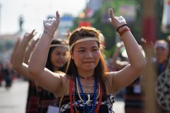 Daklak, Vietnam - 9. März 2017: Vietnamesische Leute der ethnischen Minderheit tragen die traditionellen Kostüme, die einen tradi lizenzfreie stockfotos