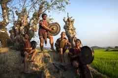 Daklak Wietnam, Mar, - 9, 2017: Ede mniejszość etniczna zaludnia wykonuje tradycyjnego gongu i bębenu tana w ich festiwalu pod du zdjęcia stock