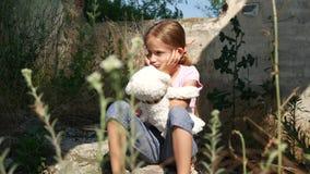 Dakloos droevig kind in verlaten vernietigd huis, ongelukkige verdwaalde meisjeswees, 4K stock videobeelden