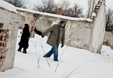 Dakloos paar dat in de handen van de sneeuwholding loopt Royalty-vrije Stock Fotografie