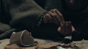 Dakloos tellend liefdadigheidsgeld om te overleven, bevend van koude en honger stock video