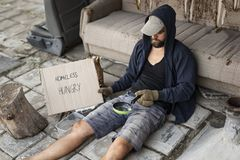 Dakloze bedelaar in de straat royalty-vrije stock afbeelding