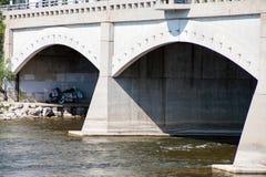 dakloze boodschappenwagentjes onder brug Stock Afbeeldingen