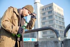 Dakloze gewijde gedronken en alcohol alleen het lopen Stock Foto's