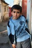 Dakloze jongen met zijn gevormd huis sweather Stock Afbeeldingen