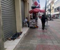 Dakloze kindslaap op de straat van Gr Conde in Koloniale Zona royalty-vrije stock fotografie