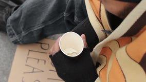 Dakloze mannelijke tellende verandering, alleen in grote stad, armoede, depressie, close-up stock video