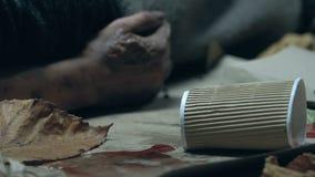 Dakloze mens die in draagstoel, lelijke besmettelijke pijnlijke plekken op hand, het onhygiënische leven liggen stock video