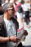 Dakloze mens die Hus Forbi verkopen Royalty-vrije Stock Fotografie