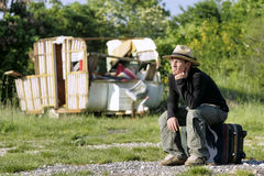 Dakloze Mens die naar een schuilplaats snakken Stock Foto