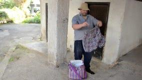 Dakloze mens gevonden borrels met gat in het bifurcatiegebied stock footage