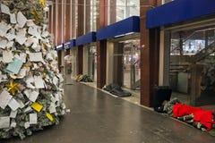 Dakloze mensen die buiten de post slapen stock afbeeldingen