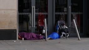 Dakloze mensen die in een winkeldeuropening slapen, Dublin, Ierland royalty-vrije stock afbeelding