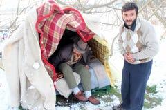 Dakloze mensen die onder de sneeuw leven Stock Afbeelding
