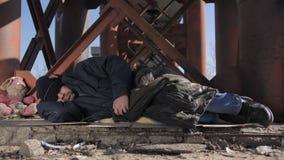 Dakloze mensenslaap buiten in koud weer stock video