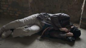 Dakloze slaap bij de vuilniszak stock video