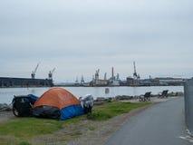 Dakloze tent langs baai in San Francisco stock afbeelding