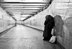 Daklozen bevinden bij de tunnel en zich gevraagd om aalmoes Royalty-vrije Stock Foto's