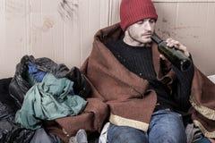 Daklozen die goedkope wijn drinken stock fotografie