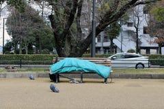 Daklozen in het stadscentrum van Hiroshima, Japan Het slapen in stock fotografie