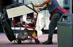 Daklozen met Boodschappenwagentje stock afbeelding