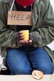 Daklozen met een kop thee royalty-vrije stock fotografie