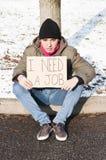 Daklozen met karton stock foto