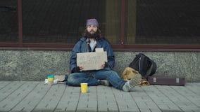 Daklozen met karton op straat stock videobeelden