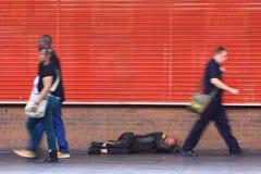Daklozen op de straat Stock Afbeeldingen