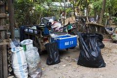 Daklozen verzameld huisvuil. Stock Afbeeldingen