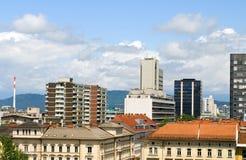 Dakmening van van de flatsflatgebouwen met koopflats van bureaugebouwen de zaken Lju Stock Afbeeldingen