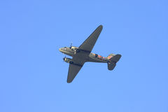 Dakota-Flugzeug kurz vor fallenden Parachutists Stockfotografie