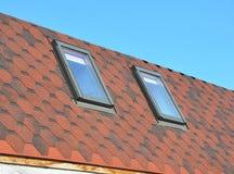Dakrameninstallatie Dakwerkbouw met nieuw geïnstalleerd zolderdakramen of dak Stock Afbeeldingen
