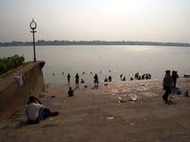 Dakshineswar Kali Temple en de Indische volkeren komen om heilig te spelen royalty-vrije stock afbeelding