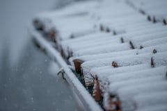 Dakspanen met sneeuw royalty-vrije stock afbeelding