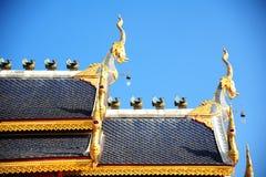 Dakstijl van Thaise tempel met geveltoptop stock foto's