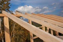 Dakstralen Zonnige herfstavond bij de bouwwerf van een blokhuis Onvolledig huis Royalty-vrije Stock Afbeeldingen