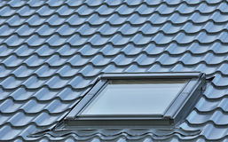 Dakvenster, grijs betegeld dak, de grote gedetailleerde achtergrond van het zolderdakraam, diagonaal dakwerkpatroon royalty-vrije stock foto
