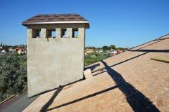 Dakwerk Constrution De dakdekken zijn triplex of georiënteerde bundelraad OSB voor de installatie van asfaltdakspanen royalty-vrije stock afbeeldingen