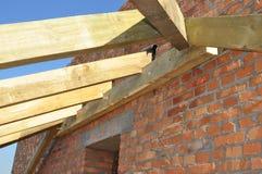 Dakwerkbouw De houten daksparren van het huisdak, eaves, waterdicht makend membraan, logboeken en hout op de hoek van het huisdak stock fotografie
