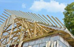 Dakwerkbouw met daksparren, dakstralen, logboeken met het waterdicht maken van zolder memmbrane royalty-vrije stock foto